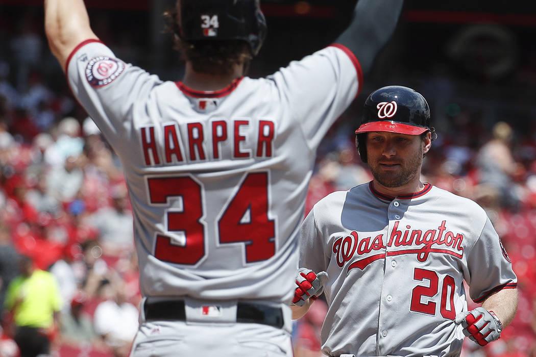 Daniel Murphy (20), de los Nacionales de Washington, corre a casa para celebrar con Bryce Harper (34) después de batear un jonrón de tres carreras frente a Cincinnati Reds, que comenzó el lanza ...