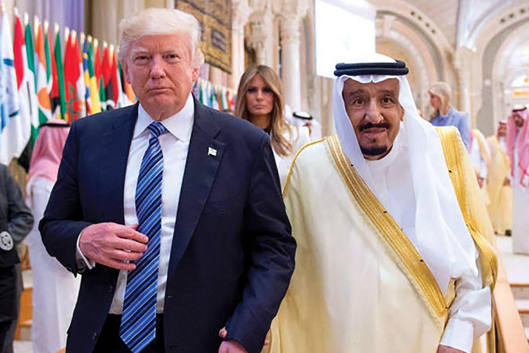El rey Arabia Saudita Salman Bin Abdulaziz Al Saud y el presidente de los Estados Unidos, Donald Trump, asisten a la cumbre de líderes árabes y musulmanes en Riyadh, Arabia Saudí el 21 de mayo  ...