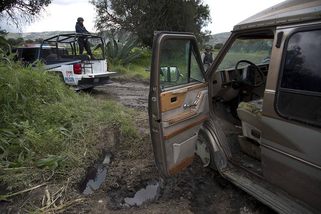 En esta foto del 11 de julio de 2017, un empleado de seguridad de Pemex está parado junto a un camión abandonado usado para transportar gasolina robada cerca de un grifo ilegal en un gasoducto e ...