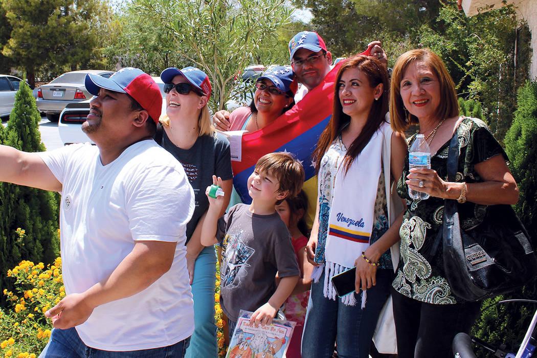 1. Las familias venezolanas en Las Vegas acudieron a votar. | Foto Cristian De la Rosa / El Tiempo.