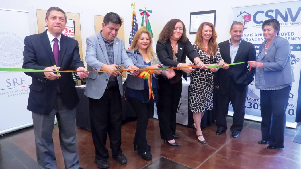 VF 3: De izquierda a derecha, el cónsul de México, Emb. Alejandro Madrigal; el vicealcalde de North Las Vegas y presidente de CSNV, Isaac Barrón; la intercesora de Asuntos al Consumidor para Mi ...