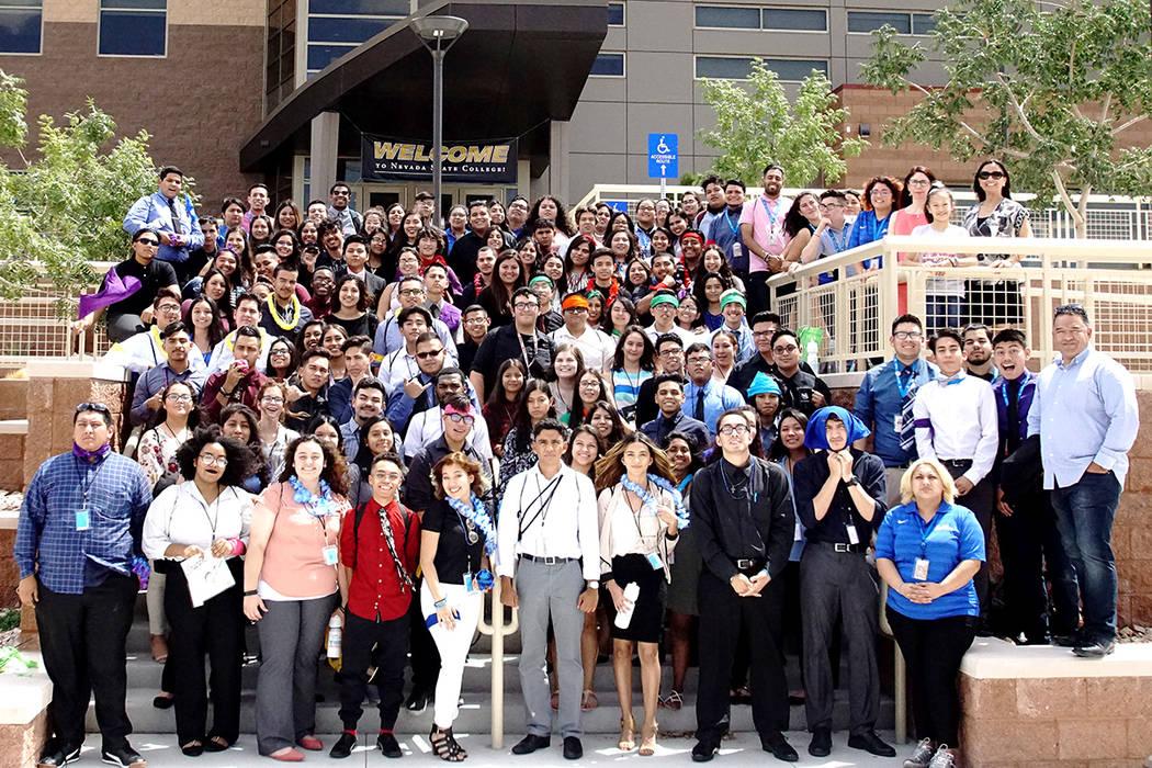 Los 90 estudiantes, profesores y voluntarios de la generación 2017 de la Conferencia de Liderazgo Juvenil Latino durante su visita a Nevada State College.   Foto Cortesía.