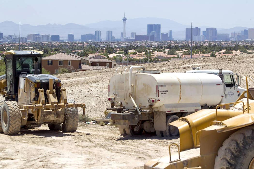 Maquinaria pesada hace su camino a través del sitio del proyecto 'Villages at Tule Springs' en North Las Vegas, el lunes 26 de junio de 2017. | Foto Richard Brian/ Las Vegas Review-Journal.