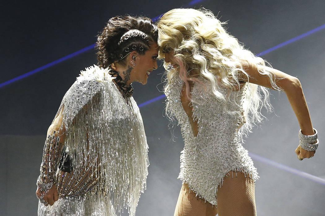 Las cantantes mexicanas Gloria Trevi, a la derecha, y Alejandra Guzman actuarán en concierto en el Estadio Ciudad de México en la Ciudad de México, el jueves 22 de junio de 2017. | Foto AP / Ma ...