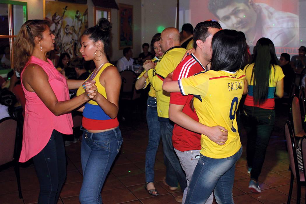 Con el himno nacional de Colombia, se dio inicio a la conmemoración de la independencia de los colombianos que posteriormente, dio inicio al baile, en el restaurante Oiga, mire, vea.   Cristian D ...