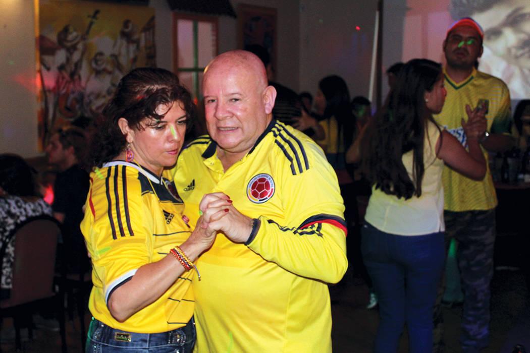 José Tarazona, presidente de la Cámara de Comercio Colombiana, se olvidó de la formalidad para celebrar la independencia de su país natal, Colombia, en el restaurante Oiga, mire, vea el 20 de  ...