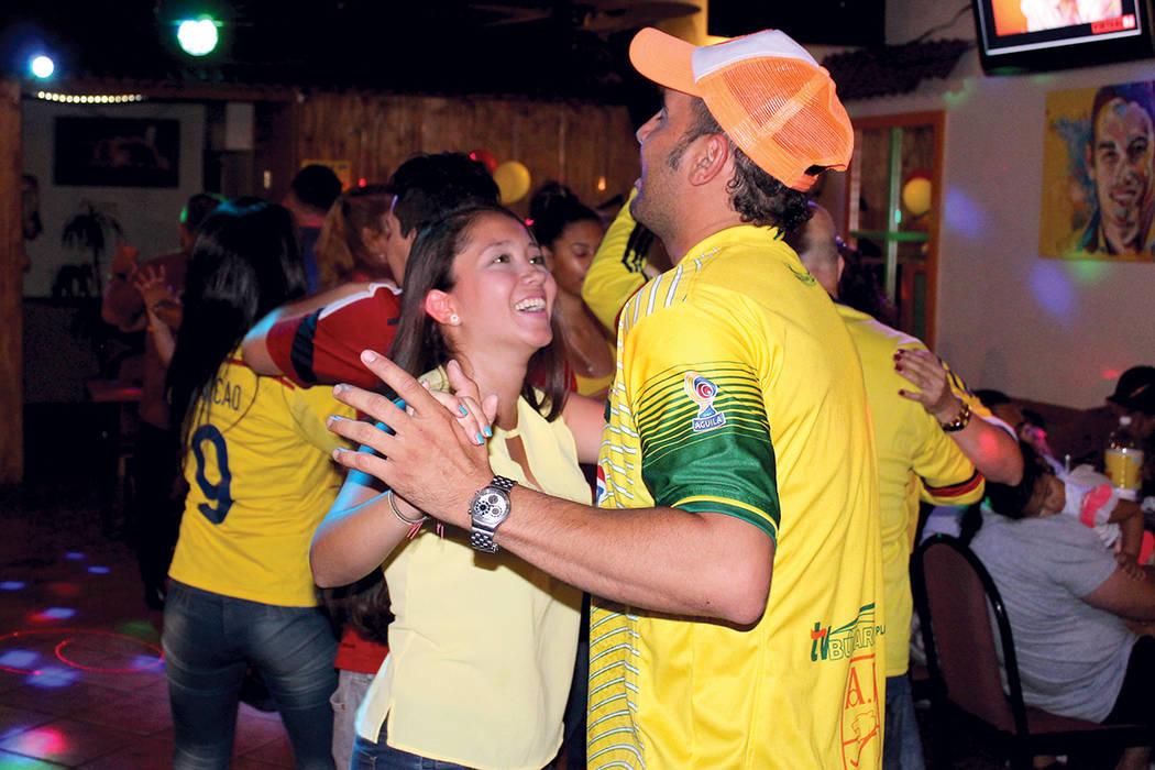 """En familia los colombianos celebraron con las camisetas de """"Falcao"""" y """"James"""", de la Selección Colombia, el 20 de julio en el restaurante típico Oiga, mire, vea.   Cristian De la Rosa /  ..."""