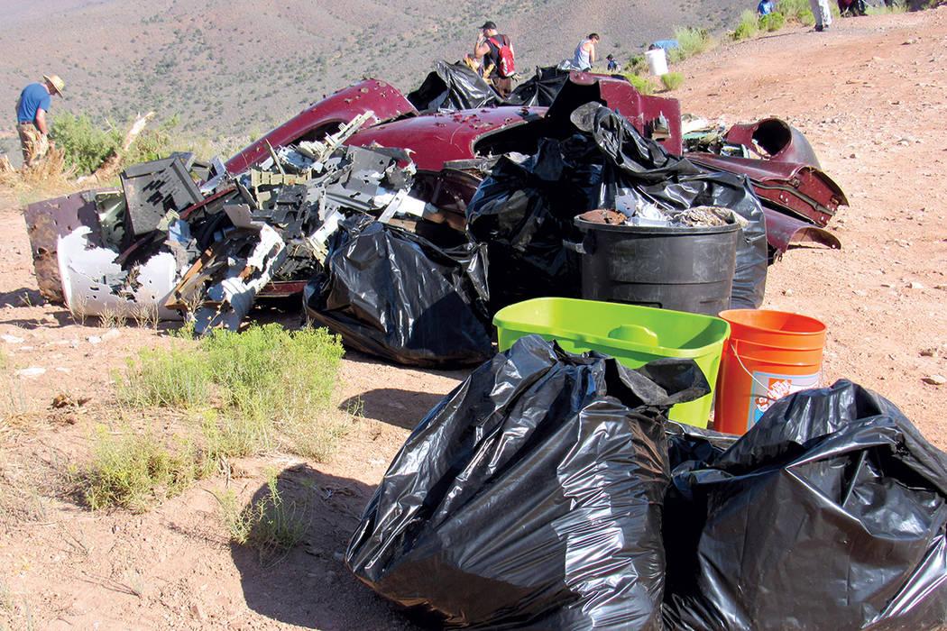 Casi una tonelada de desechos fue colectada por voluntarios de Sierra Club y otras organizaciones, en la jornada de limpieza de Lovell Canyon.   Fotos Cortesía Sierra Club.