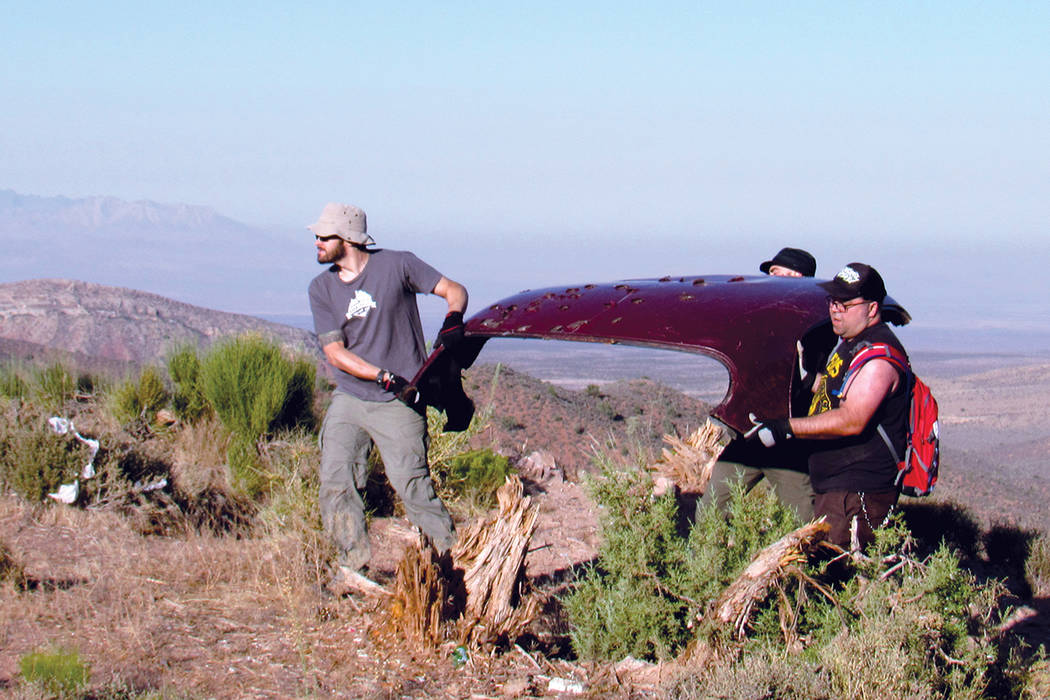 """Voluntarios de Sierra Club y otras organizaciones recogieron chatarra y basura en Lovell Canyon, el 15 de julio durante la """"Latino Conservartion Week"""".   Fotos Cortesía Sierra Club."""