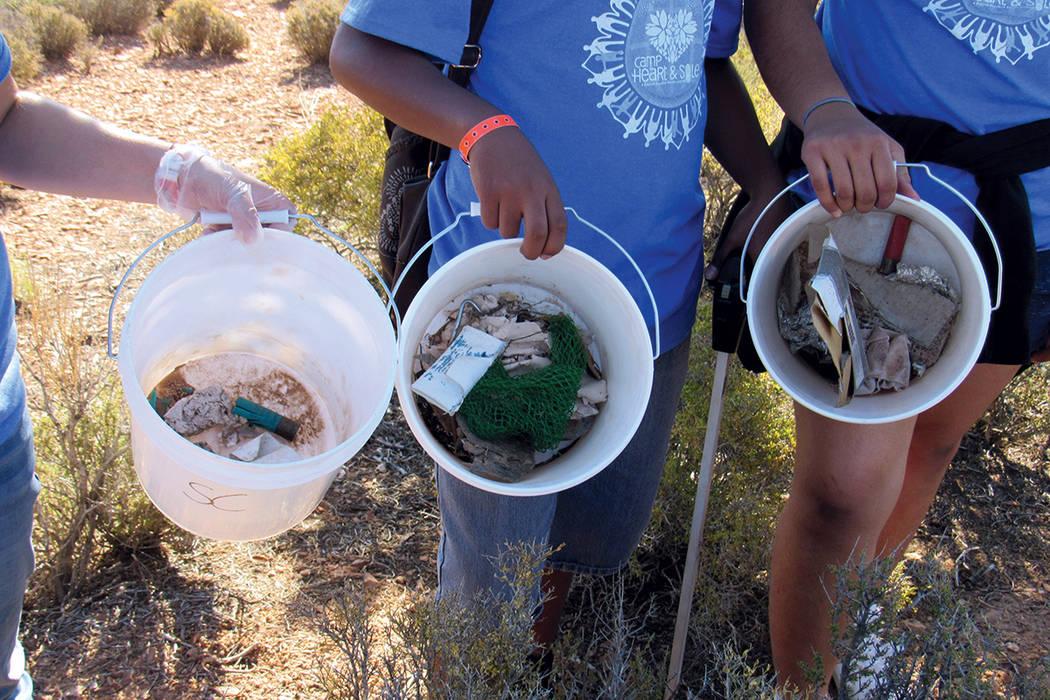 Niños voluntarios muestran desechos de proyectiles de armas de fuego recogidos durante la campaña de limpieza en Lovell Canyon, el sábado 15 de julio del 2017.   Fotos Cortesía Sierra Club.