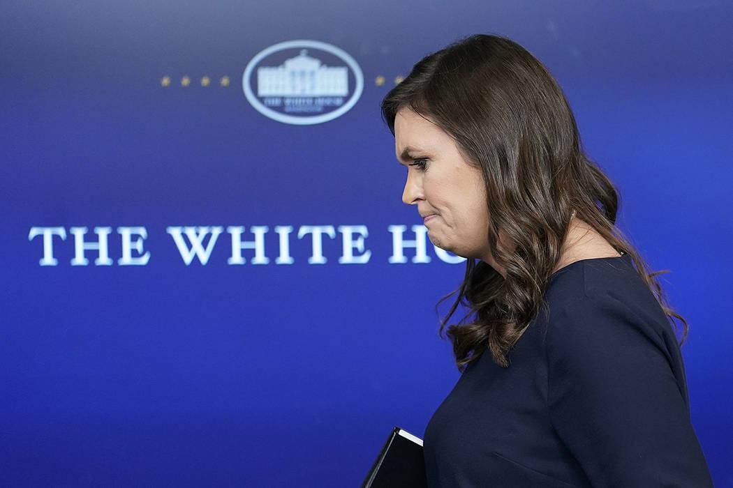 La secretaria de prensa de la Casa Blanca, Sarah Huckabee Sanders, se retira tras responder a las preguntas durante la rueda de prensa en la sala de prensa Brady de la Casa Blanca en Washington, e ...