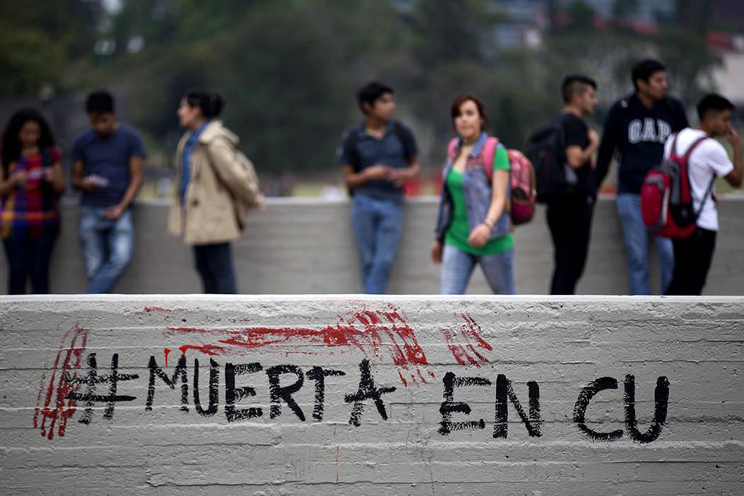 """Las palabras explican un """"hashtag"""" que signi ca """"Muerta en CU"""", re riéndose a la Ciudad Universitaria, mientras la gente protesta por la muerte de una joven en el campus de la Universidad ..."""