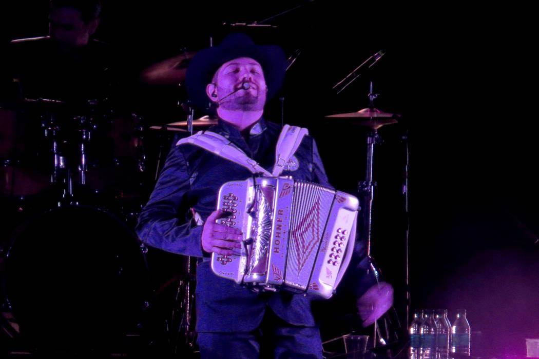 Voz de Mando llevó a sus seguidores a un 'tour musical' desde sus inicios hasta los temas más recientes. Viernes 21 de julio en el Orleans Arena. | Foto Anthony Avellaneda/El Tiempo.