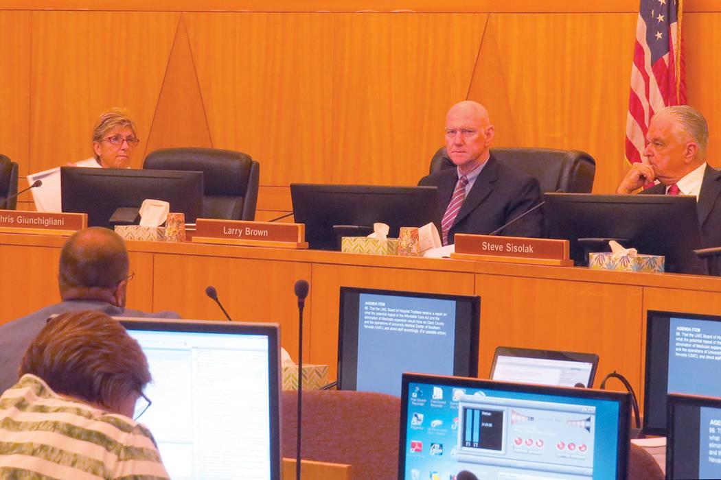 Los miembros de la Comisión del Condado Clark escucharon detalladamente a cada una de las personas participantes. Martes 18 de julio en el exterior de la oficina del senador Dean Heller.    Foto  ...