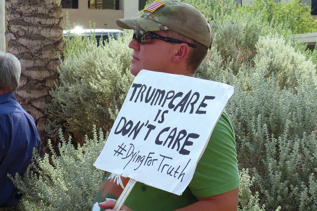 Decenas de personas continuaron pidiéndole al senador Heller votar 'no' contra la revocación de Obamacare. Martes 18 de julio en el exterior de la oficina del senador Dean Heller.   Foto Ant ...
