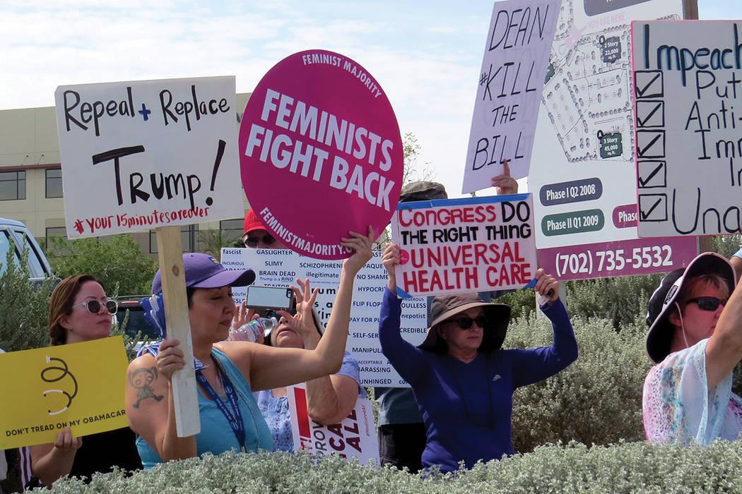 La protesta 'Resist Trump' se enfocó en mostrar apoyo a Obamacare. Martes 18 de julio en el exterior de la oficina del senador Dean Heller.   Foto Anthony Avellaneda/ El Tiempo.