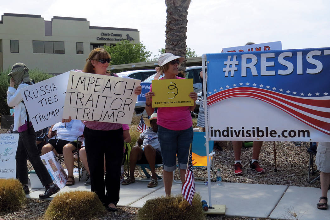 La protesta 'Resist Trump' se enfocó en mostrar apoyo a Obamacare. Martes 18 de julio en el exterior de la oficina del senador Dean Heller.  | Foto Anthony Avellaneda/ El Tiempo.