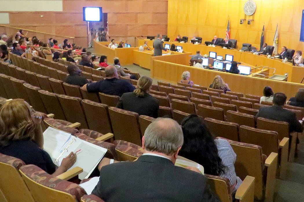 La Comisión del Condado del Condado Clark realizó una sesión pública para escuchar las opiniones de la comunidad sobre la ley sanitaria actual. Martes 18 de julio en el exterior de la oficina  ...