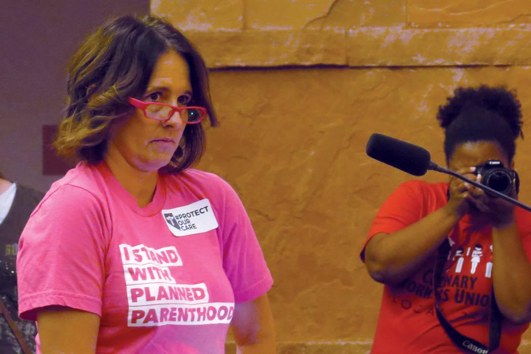 La integrante de Planned Parenthood, Kelly Charles, explicó cómo afectaría a su organización la posible revocación de ACA. Martes 18 de julio en el exterior de la oficina del senador Dean Hel ...