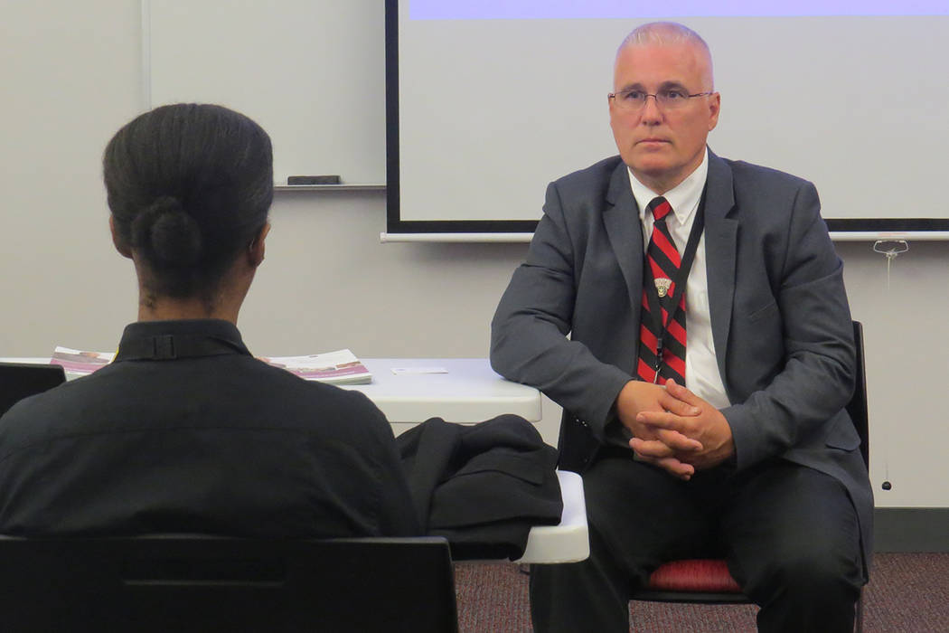 El consejero de Departamento de Asuntos y Administración de Beneficios para Veteranos de Estados Unidos, Allan Shockley, escuchó detalladamente las necesidades de los veteranos asistentes. Sába ...
