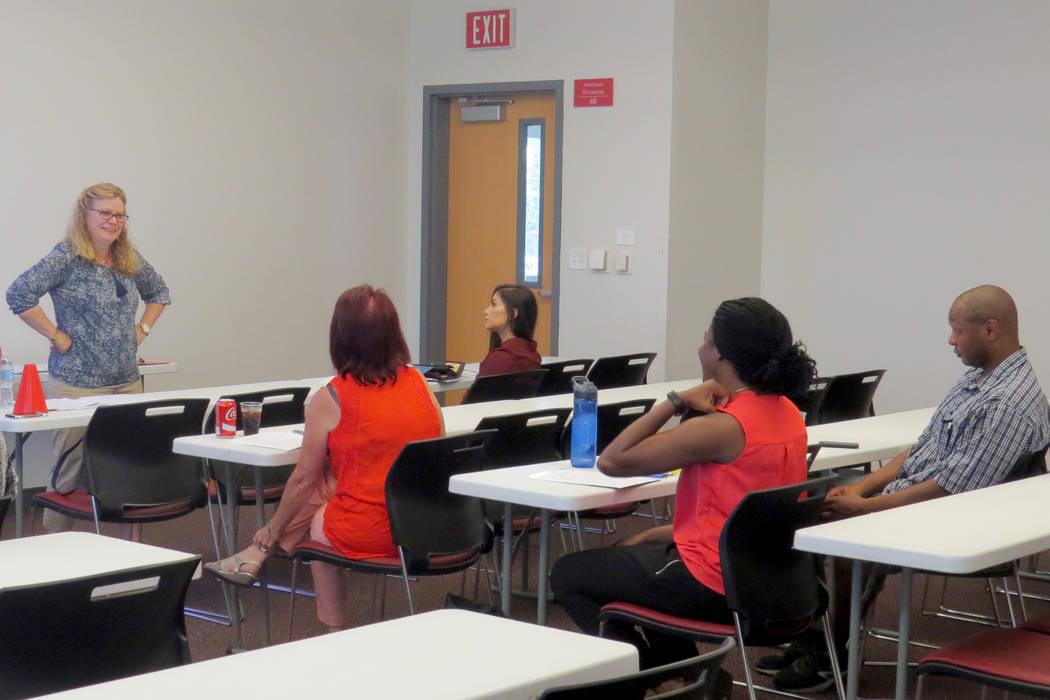 La psicóloga Amy Frost encabezó uno de los grupos de trabajo. Sábado 22 de julio en UNLV. | Foto Anthony Avellaneda/El Tiempo.