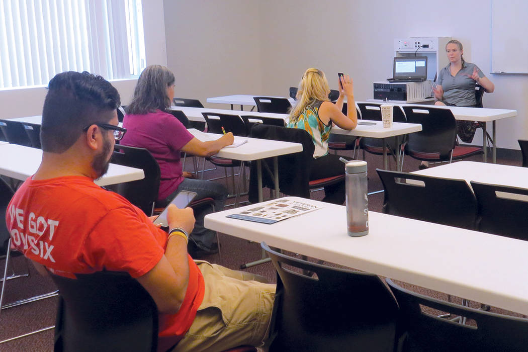 Veronica Fischer, integrante de UNLV, fue la encargada de impartir el taller sobre el manejo de redes sociales. Sábado 22 de julio en UNLV. | Foto Anthony Avellaneda/El Tiempo.