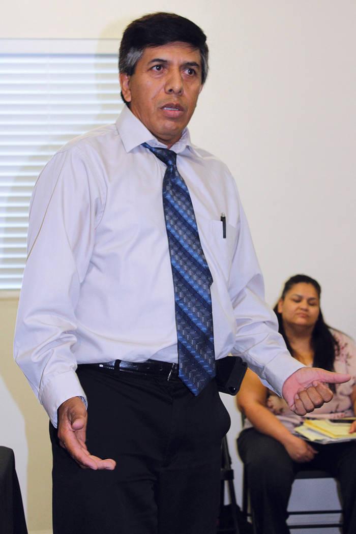 El director de comunicación de Casa Guerrero, José Tolentino, invita a la gente a unirse a las clases sin importar su nacionalidad.  | Cristian De la Rosa/El Tiempo.