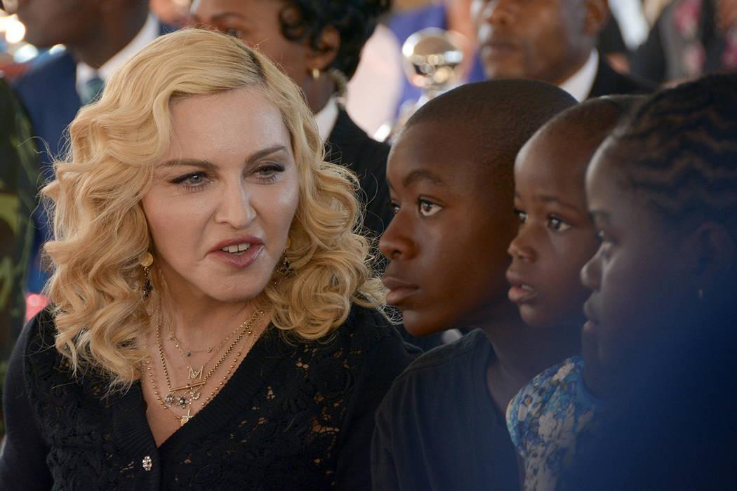 La cantante estadounidense Madonna, a la izquierda, se sienta con sus hijos adoptivos David, Stella y Mercy, en la inauguración del Instituto Mercy James de Cirugía Pediátrica y Cuidados Intens ...