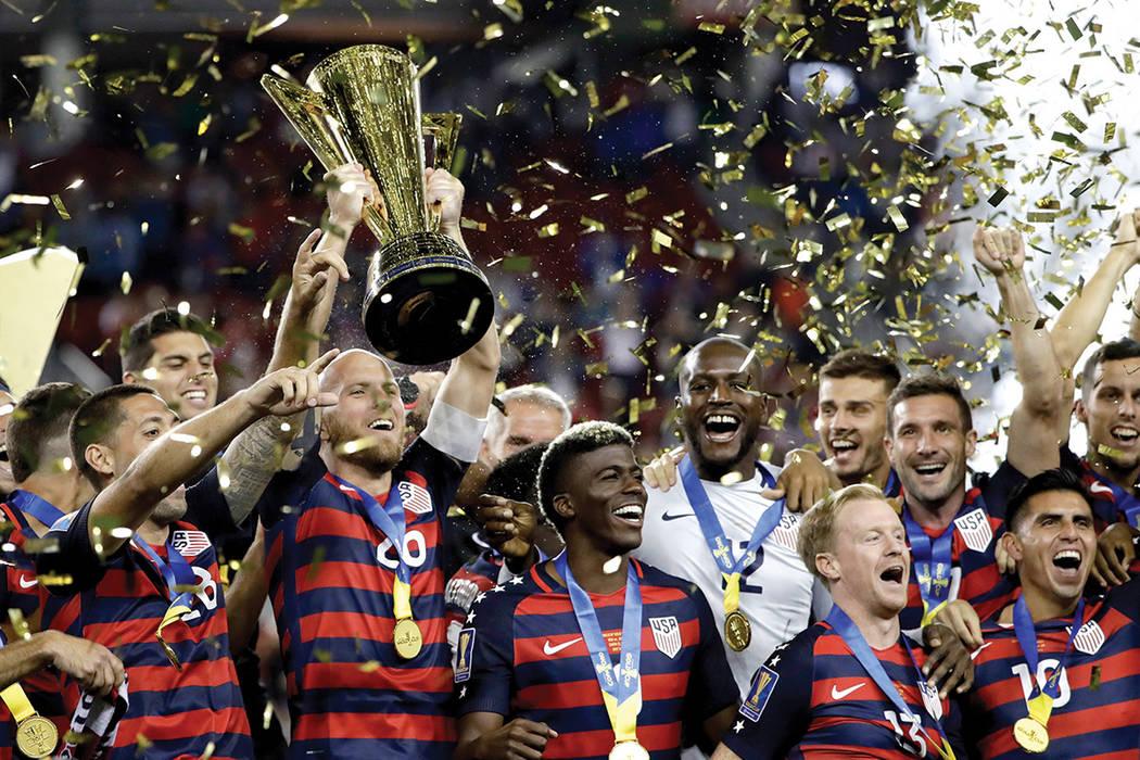 Los jugadores de Estados Unidos celebran tras vencer a Jamaica por 2-1 en el partido  nal de la Copa de Oro en Santa Clara, California, el miércoles 26 de julio de 2017. Foto Marcio Jose Sanchez/AP.