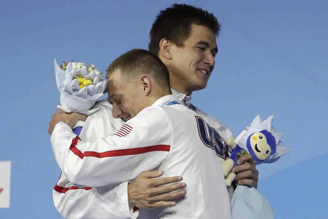 El ganador de la medalla de oro de los Estados Unidos, Caeleb Remel Dressel, es felicitado por el ganador de la medalla de plata Nathan Adrian después de la  nal masculina de 100 metros libre dur ...