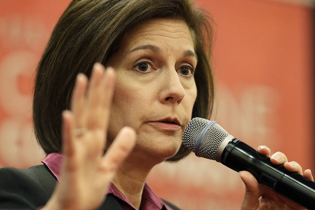 La senadora Catherine Cortez Masto, D-Nev., Habla en una reunión del ayuntamiento el martes, 18 de abril de 2017, en Las Vegas. | Foto AP / John Locher.