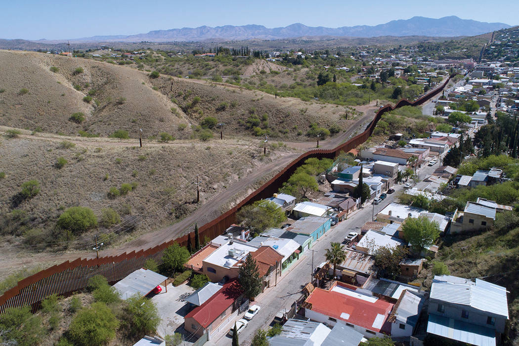 ARCHIVO - Este domingo 2 de abril de 2017 archivo foto hecha con un zángano, muestra la cerca de la frontera de Estados Unidos México como corta a través de los dos centros de Nogales. La valla ...