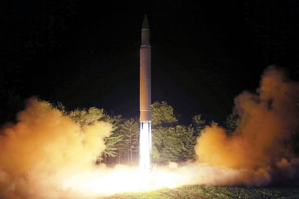 En esta foto de archivo del 28 de julio de 2017, distribuida por el gobierno de Corea del Norte el sábado 29 de julio de 2017, se muestra lo que se dijo fue el lanzamiento de un misil balístico  ...