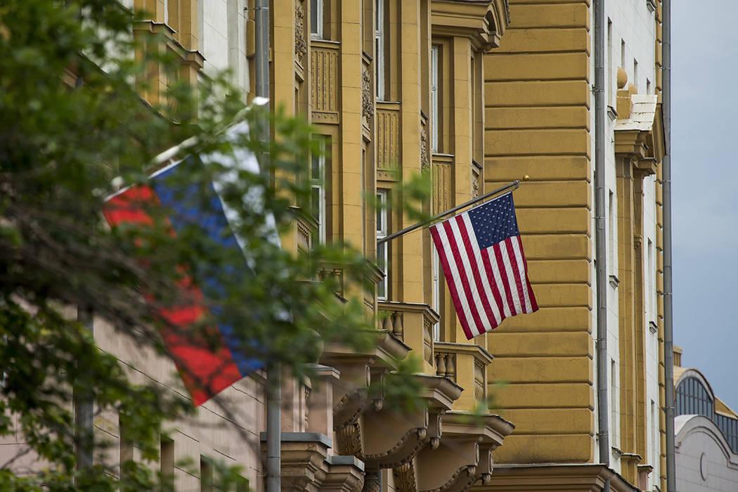 El Ministerio de Relaciones Exteriores de Rusia ordenó el viernes una reducción en el número de diplomáticos estadounidenses en Rusia y dijo que estaba cerrando un retiro de recreación de EE. ...
