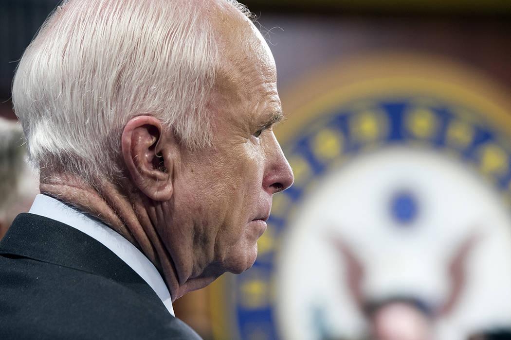 """El senador John McCain, republicano de Arizona, habla a periodistas en el Capitolio como el Senado republicano-controlado incapaz de cumplir su promesa política de derogar y reemplazar """"Obamacare ..."""