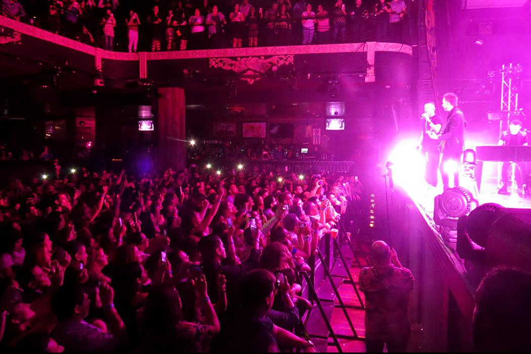 En constantes ocasiones, los integrantes de Camila interactuaron con el público. Domingo 30 de julio en House of Blues. | Foto Anthony Avellaneda/ El Tiempo.