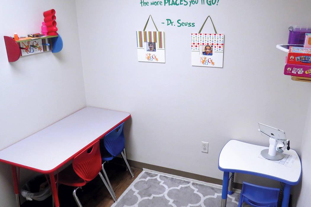 Uno de los salones del Centro Ackerman donde niños con autismo toman sus terapias. Miércoles 26 de julio en el Centro Ackerman. | Foto Anthony Avellaneda/ El Tiempo.