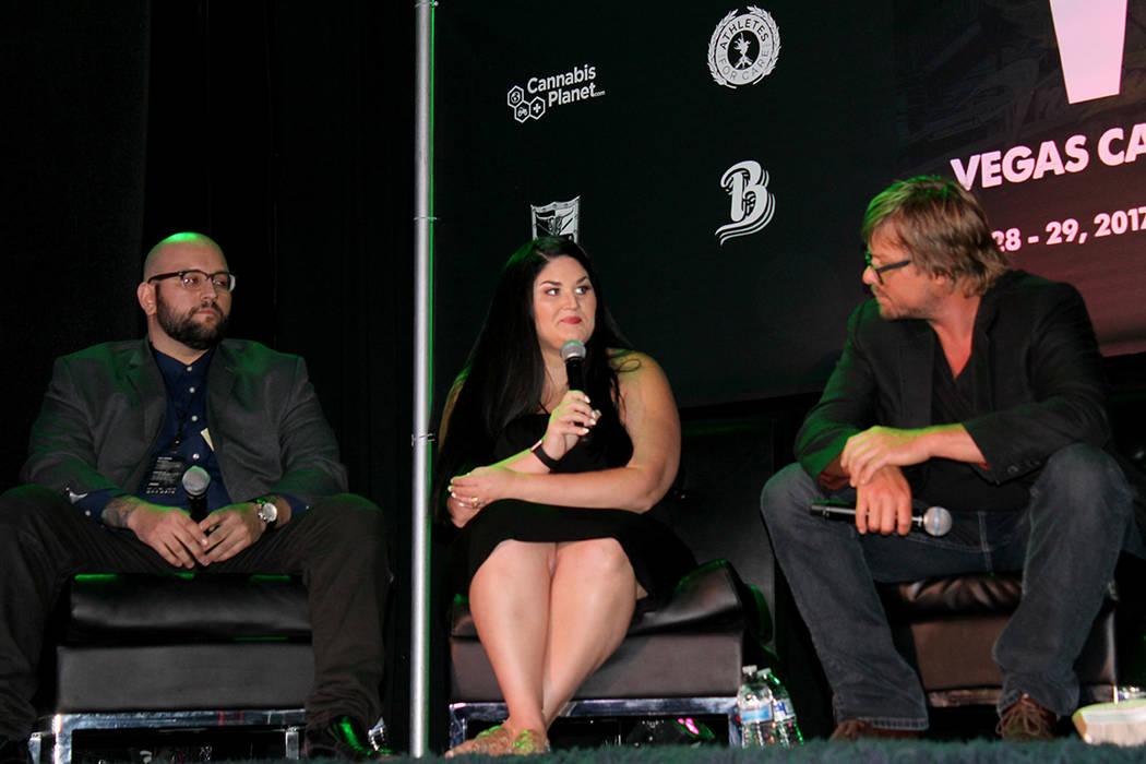 Krista Whitley (centro), es una nueva líder en la industria de la marihuana en Las Vegas e igualmente apoya el consumo de marihuana medicinal, en Freemont Country Club, el viernes 28 de julio, en ...