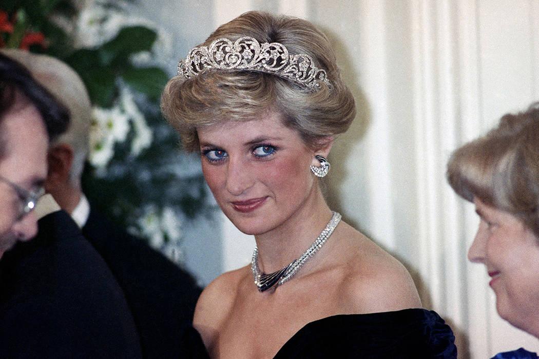 ARCHIVO- La princesa de Gales es retratada durante una recepción de la tarde dada por el presidente de Alemania Occidental Richard von Weizsacker en honor de los huéspedes reales británicos en  ...