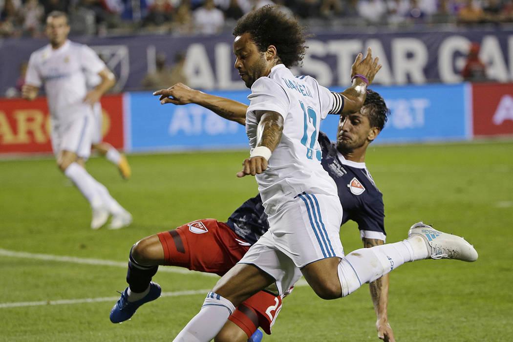 Marcelo del Real Madrid (12) dispara contra Hernan Grana de MLS All-Stars durante la segunda mitad del Juego de Estrellas de la MLS, el miércoles 2 de agosto de 2017, en Chicago. El Real Madrid g ...