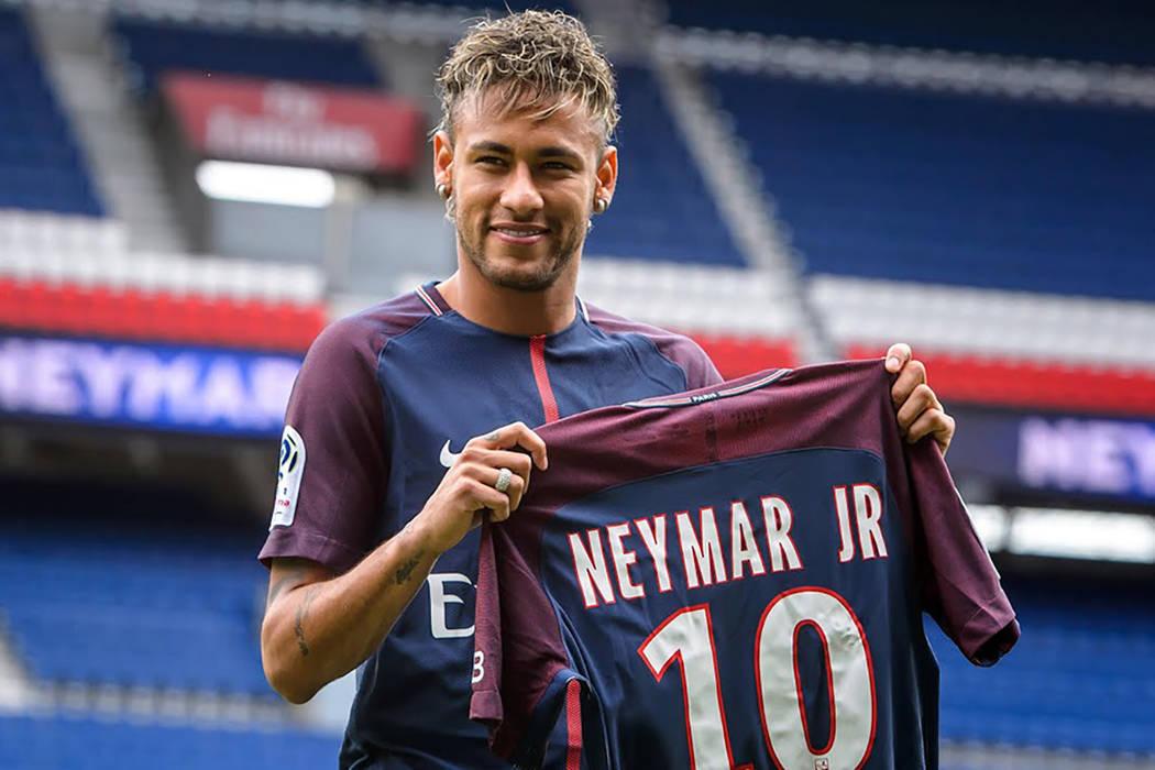 La superestrella brasileira Neymar lleva su camiseta durante su presentación o cial en el estadio Parc des Princes en París, Francia (04/08/2017), después de  rmar un contrato de cinco años tr ...