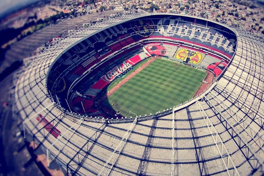 El estadio Azteca, que este año cumplió 61 años de su inauguración, fue remodelado el año pasado para ser sede de un partido de la NFL entre los Raiders de Oakland y los Texans de Houston. |  ...