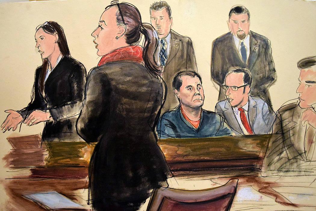 """ARCHIVO- En este arte de la corte, Joaquín """"El Chapo"""" Guzmán, sentado, escucha a su defensor federal Michelle Gelernt, a la izquierda, y la Fiscal Federal Adjunta Andrea Goldbarg, segunda izquie ..."""