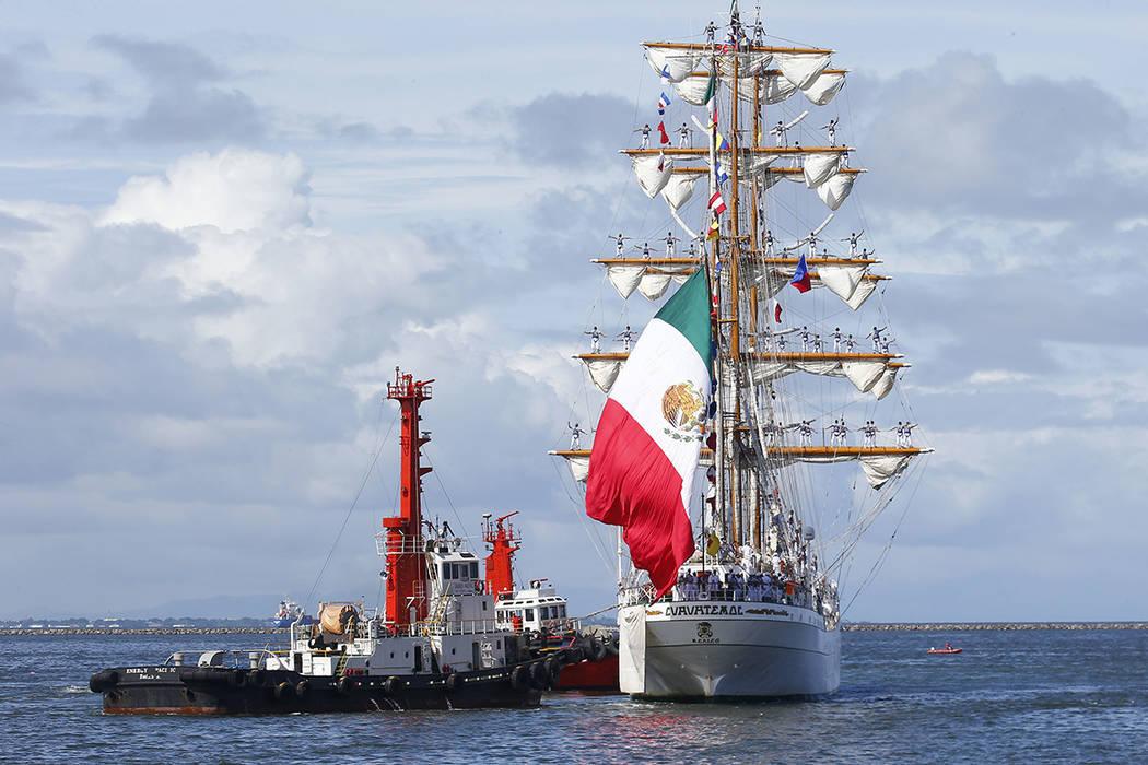 El buque ARM Cuauhtemoc de la Armada de México se prepara para atracar en el Puerto Sur para una visita de buena voluntad de cinco días el viernes 4 de agosto de 2017 en Manila, Filipinas. (Foto ...