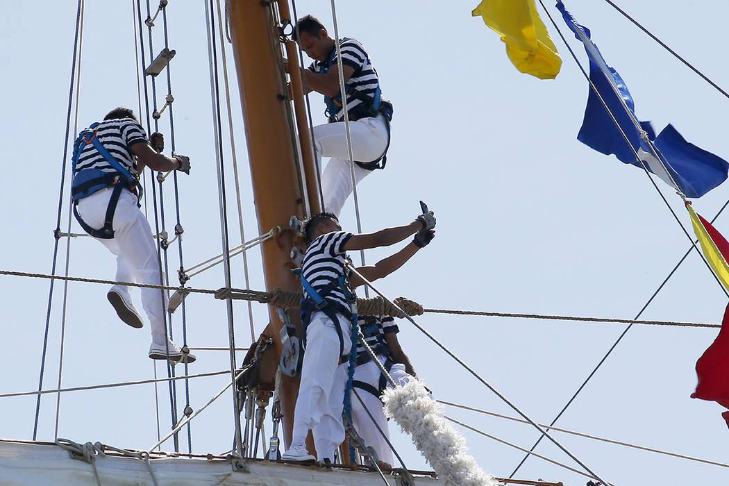 Un marinero de la Marina Mexicana toma un selfie a bordo del velero ARM Cuauhtemoc mientras se acopla en South Harbor para una visita de buena voluntad de cinco días el viernes 4 de agosto de 201 ...