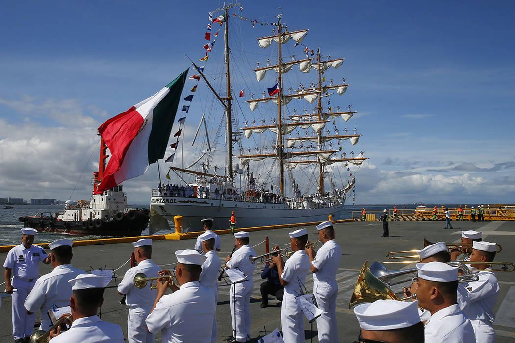 La banda de la Armada filipina da la bienvenida al velero ARM Cuauhtemoc de la Armada de México mientras se estaciona en el Puerto Sur para una visita de buena voluntad de cinco días el viernes  ...