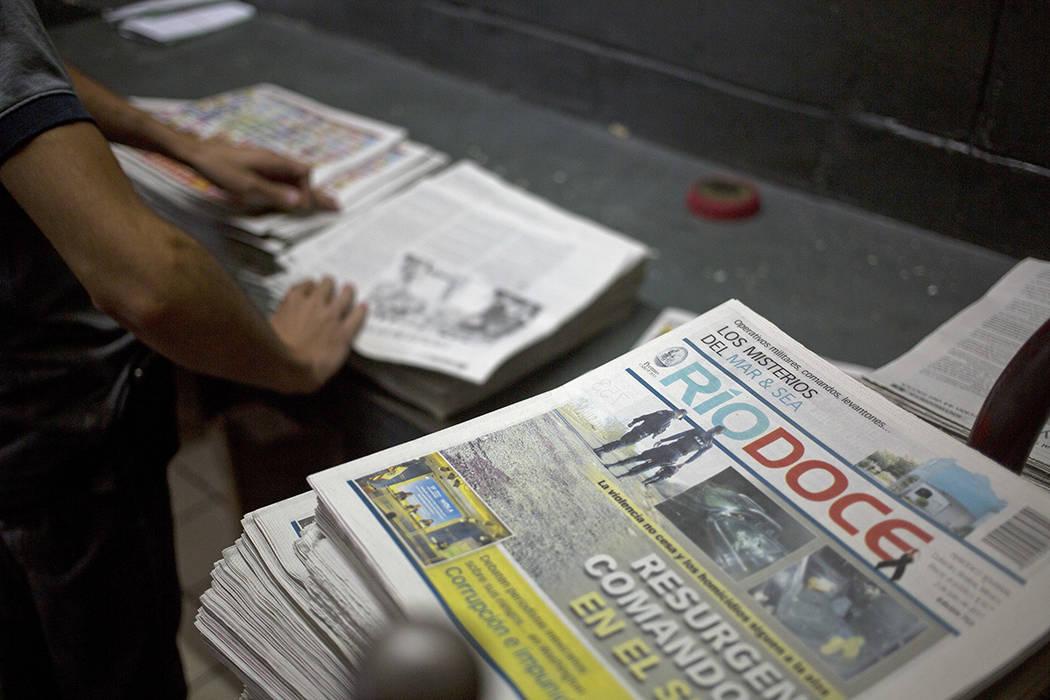 En esta foto del 1 de julio de 2017, los trabajadores doblan un número del semanario Riodoce después de su impresión en Culiacán, estado de Sinaloa, México. Riodoce fue creado en 2003 por cin ...