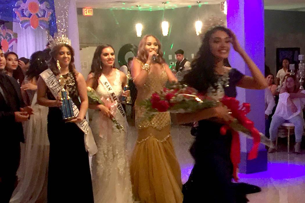 Uno de los momentos emotivos de la noche fue cuando 'Miss El Salvador 2016', Crimilda Aguilar de 18 años de edad, cedió su corona a la participante ganadora Erica Bonilla. | Foto Cortesía C ...