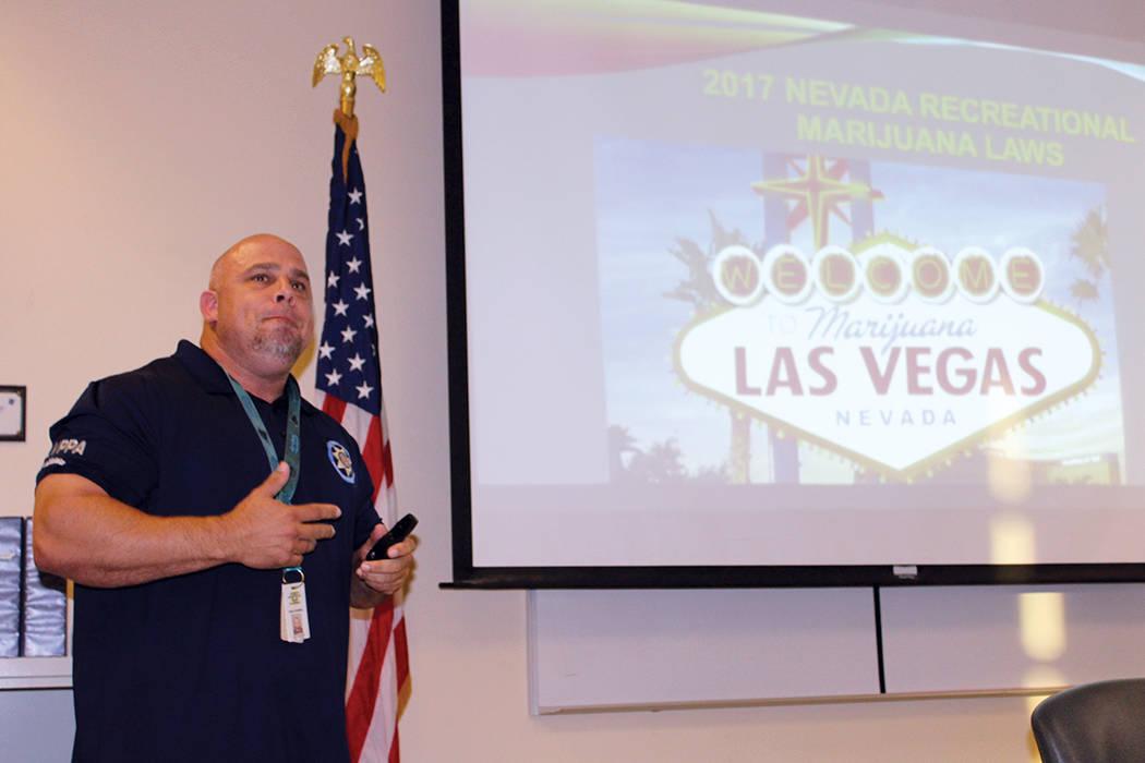 El oficial de antinarcóticos, Brian Grammas, fue el encargado de resolver las dudas de los asistentes, durante la conferencia del primer martes, el martes 1 de agosto del 2017 en las instalacione ...