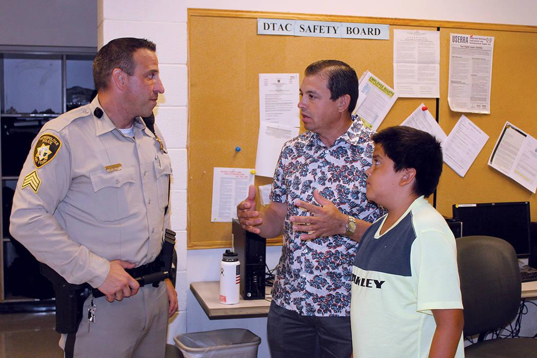 Carlos Mendoza (centro), asistió a la reunión para informárse sobre el consumo y posesión de la planta de marihuana, el martes 1 de agosto del 2017, en las instalaciones de LVMPD en Las Vegas. ...